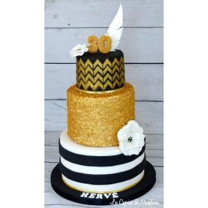 Gâteau à étages noir et or